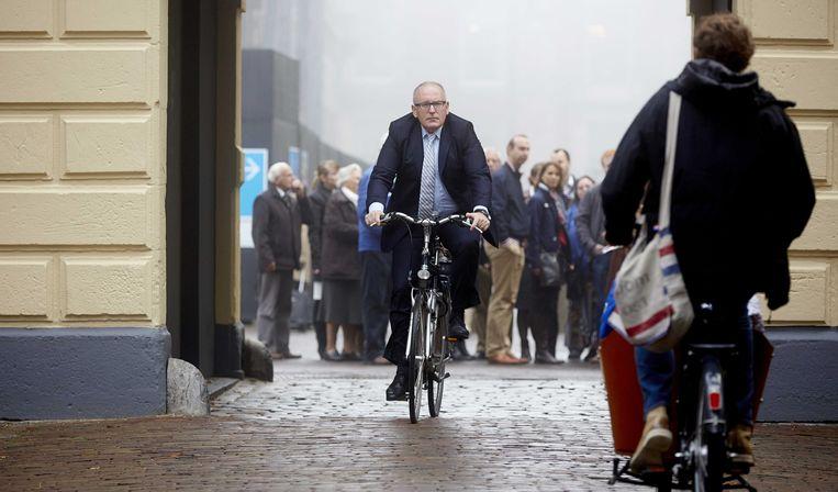 Toenmalig minister Frans Timmermans van Buitenlandse Zaken komt aan op de fiets op het Binnenhof. Beeld anp