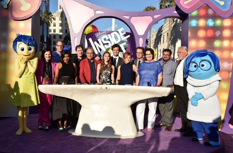 Pete Docter (tweede van links) samen met acteurs en medewerkers van de film Inside Out tijdens de première van de animatiefilm in de Verenigde Staten. Beeld afp