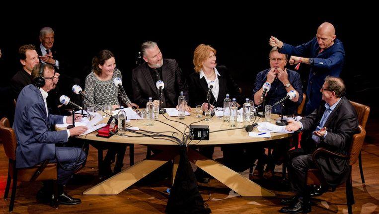 De huidige presentatoren tijdens de jubileumuitzending van NOS Met het Oog op Morgen, ter ere van de 40e verjaardag van het radioprogramma. Beeld anp