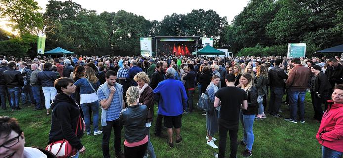 Grote drukte bij Palm Parkies op het Vrouwenhof in Roosendaal bij het concert van Peter Koelewijn
