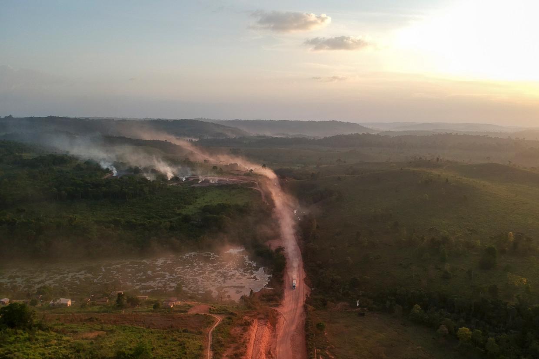 Het stof dat opstijgt van de snelweg BR230  vermengt zich met de rookwolken van de branden in Ruropolis, Brazilië.  Beeld AFP/HH