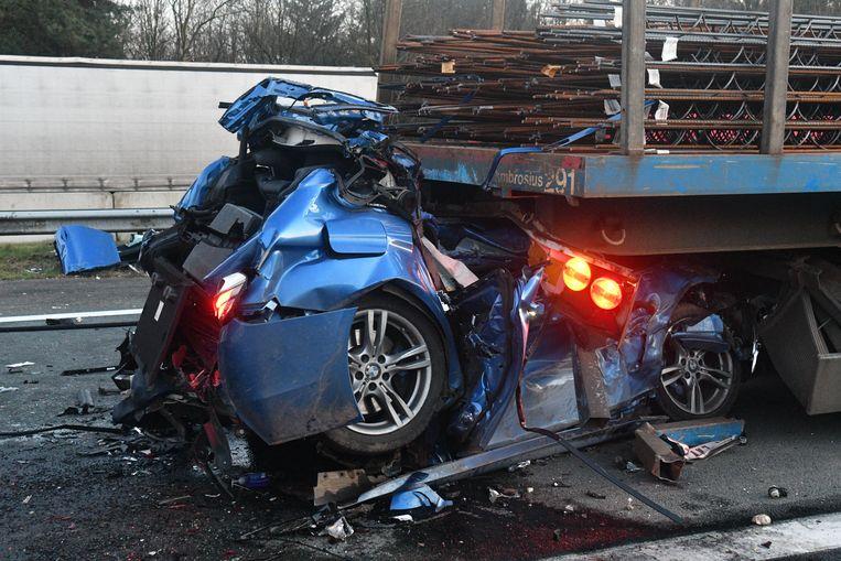 De auto raakte volledig verhakkeld. De inzittende liet het leven. Ook in de tweede vrachtwagen stierf de bestuurder.