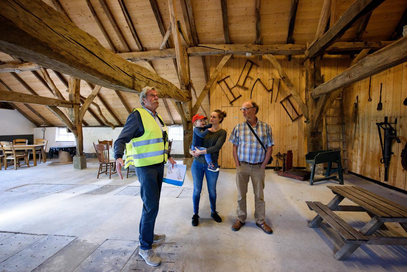 BEST - Anne Montulet met haar zoontje Daan en haar vader Frank in rijksmonument de Armenhoef in Best, waar ze gisteren (zo) uitleg kregen van vrijwilliger Jan van Ham van heemkundekring Dye van Best.