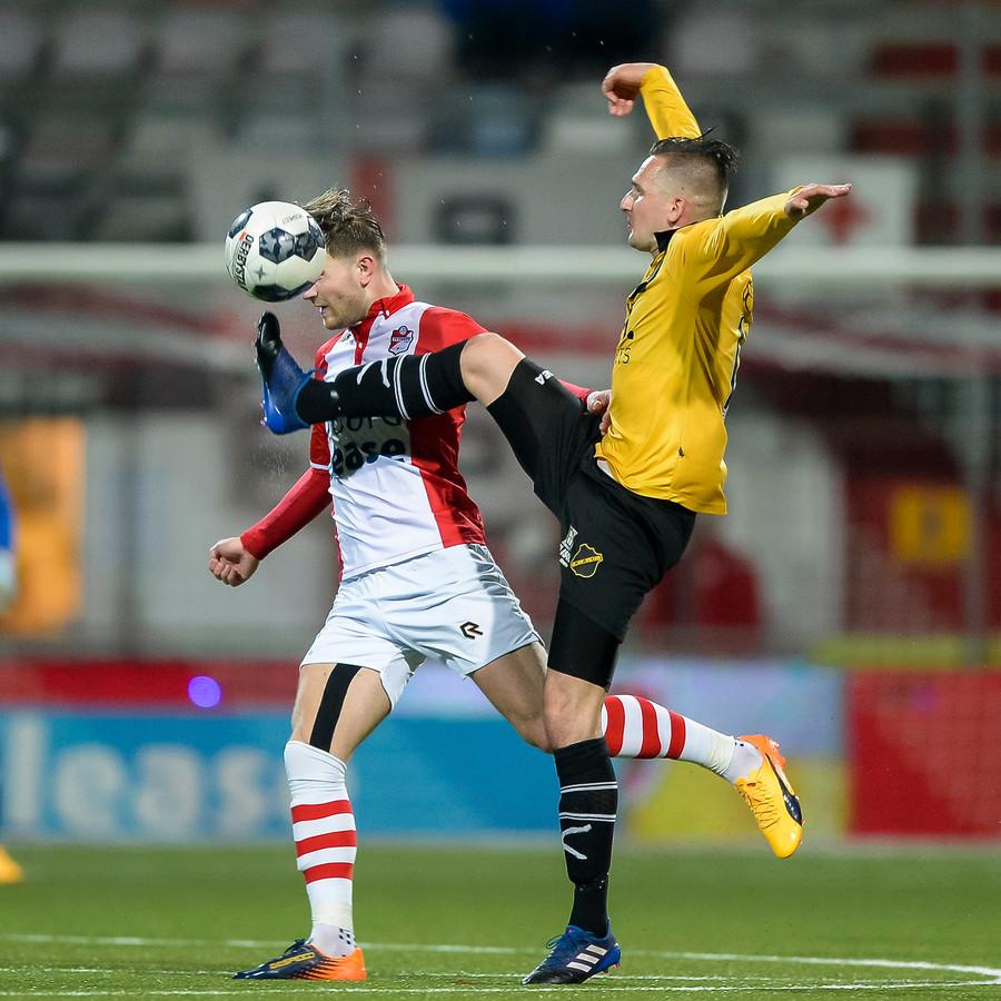 In duel met Cas Peters van Emmen.