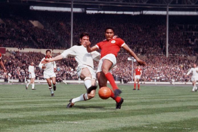 Cesare Maldini in duel met Benfica-aanvaller Eusébio in de Europa Cup I-finale van 1963 op Wembley.