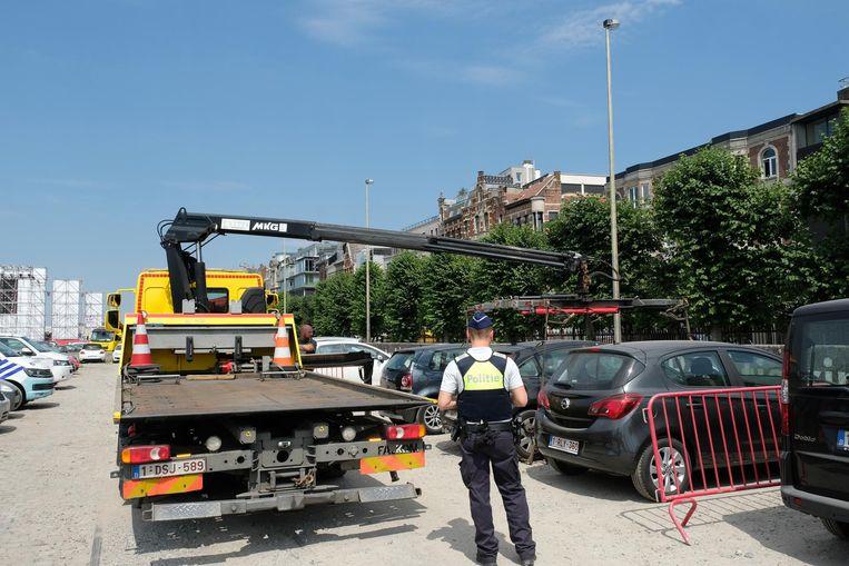 De eerste wagens worden weggesleept voor het plaatsen van de brandtrappen aan het uitbreidende Hyundai Fan Village.