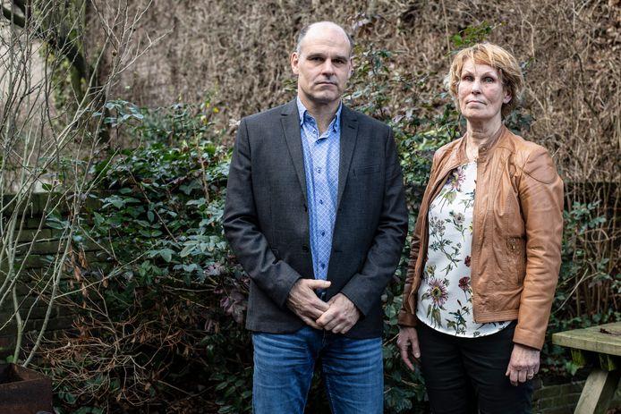 De moeder van René Ravestein (links) overleed nadat zij op haar fiets werd aangereden door een wielrenner. Wies van Weele zag het ongeluk gebeuren.