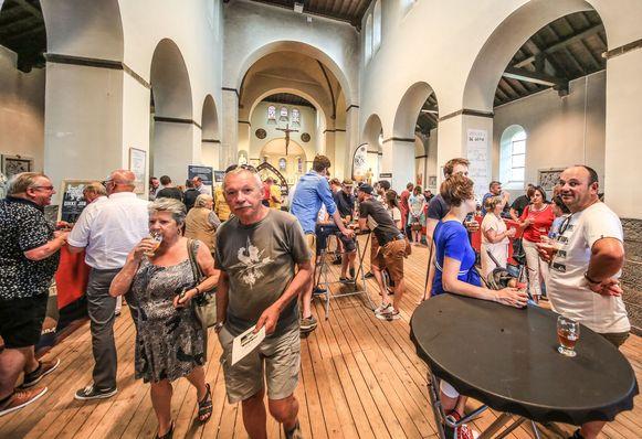 Het was druk zaterdag, in de Romaanse kerk. Niet om te bidden, maar om biertjes te proeven.