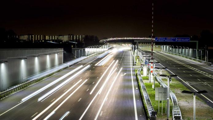 Het verkeer raast over de nieuwe A4.