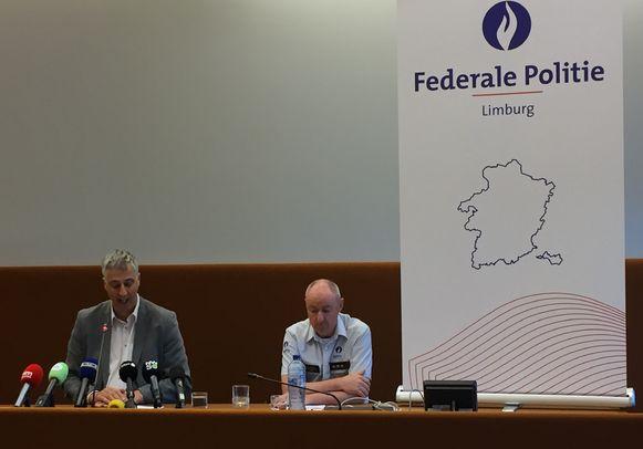 Procureur Guido Vermeiren (links) en Kris Vandepaer (49), gerechtelijk directeur van de federale politie gisteren op een persconferentie.