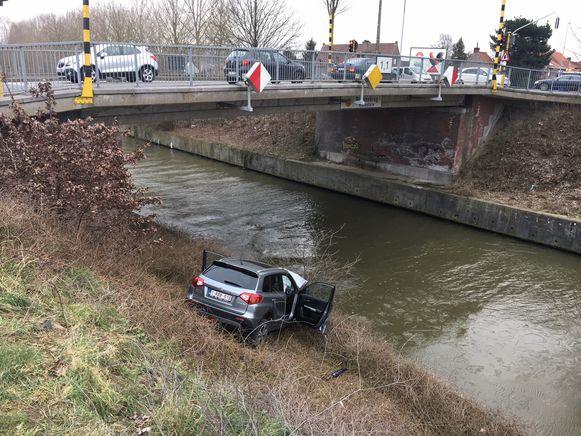 De wagen kwam gelukkig nog voor hij in het water belandde tot stilstand.