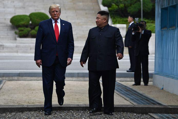 Donald Trump en Kim Jong-un schrijven geschiedenis in Panmunjom aan de bestandslijn tussen Noord- en Zuid-Korea. Foto Brendan Smialowski / AFP)