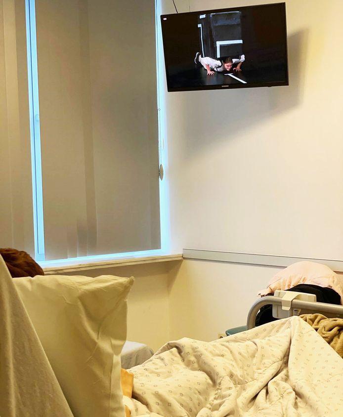 De kinderen konden vanuit hun ziekenhuisbed kijken naar de voorstelling.