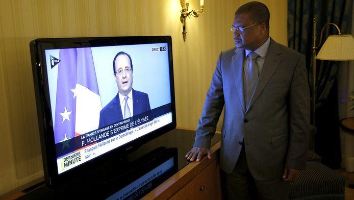 Le Premier ministre centrafricain Nicolas Tiangaye devant la diffusion de la déclaration de François Hollande
