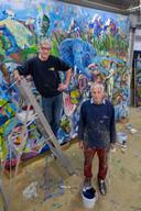 Maar liefst 4.20 bij 3.30 meter is het doek dat Ameronger Roel Schweitzer en Jan Pieter Bode uit Groningen hebben beschilderd.