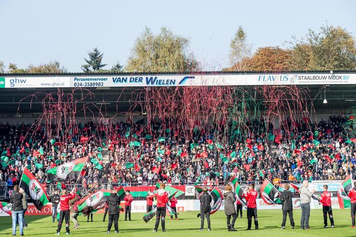 Spelers van NEC en Vitesse gingen in de derby vorig seizoen door een erehaag van NEC-vlaggen in het Goffertstadion.