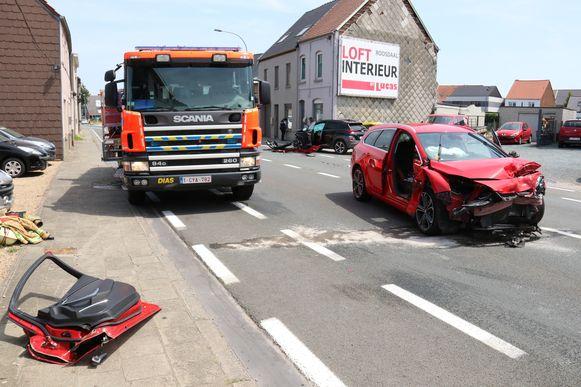 De passagier uit het rode voertuig moest uit de wagen geholpen worden door de brandweer.