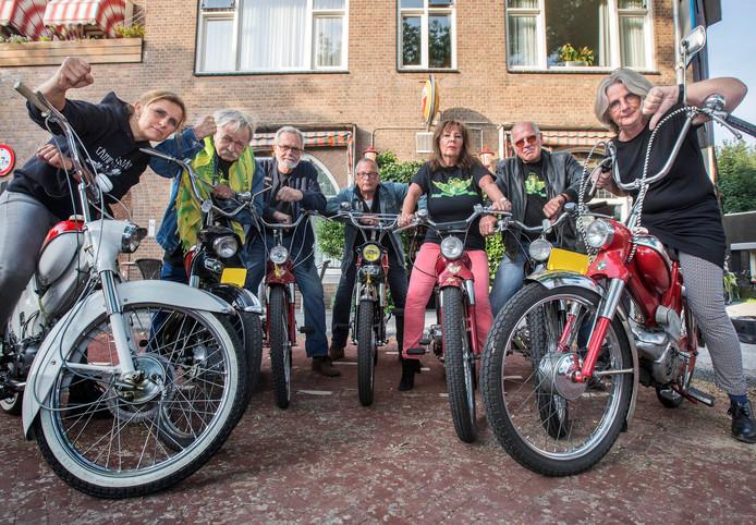Boze Puchrijders bij Cafe de Poort in de Klimopstraat.