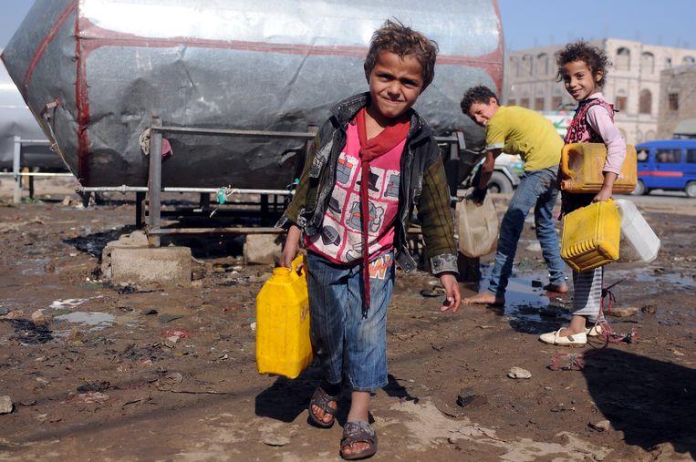 Kinderen in Sana'a, Jemen, vullen een jerrycan met schoon drinkwater. Beeld Getty Images