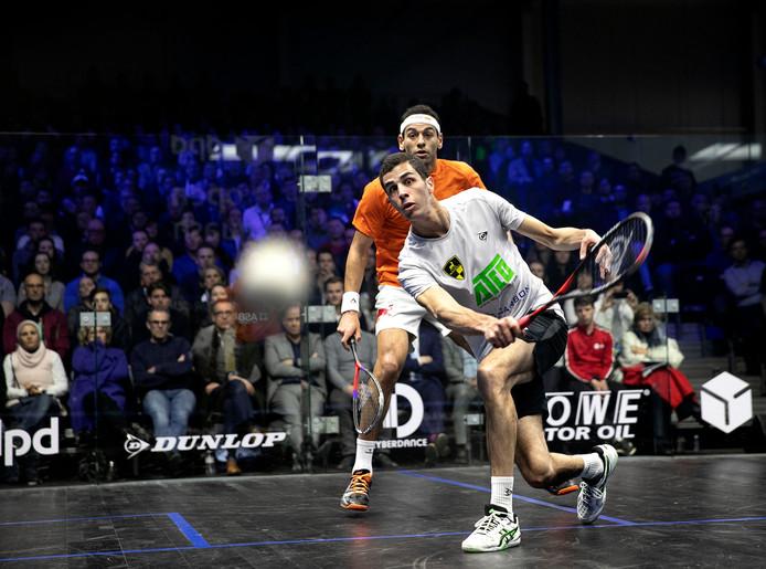 Ali Farag (in het wit) klopt Mohamed ElShorabagy in de finale van de DPD Open.