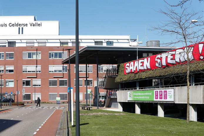 Spandoek gemaakt door leden van VV Bennekom bij het ziekenhuis in Ede.