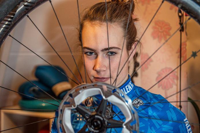 De talentvolle Annemoon van Dienst krijgt bij TalentNED de kans zich verder te ontwikkelen als mountainbikester.