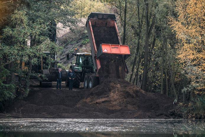 De werkzaamheden bij de kleiput in Winterswijk.