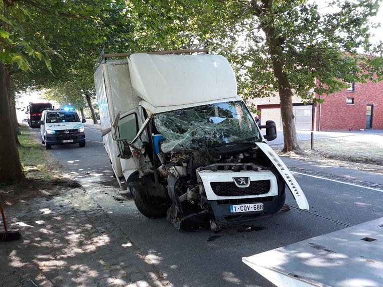 De bestelwagen raakte zwaar beschadigd.