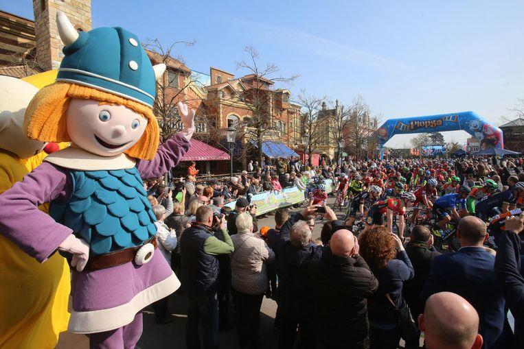 28 maart 2017: De Driedaagse-renners trekken zich op gang in Plopsaland. Een beeld dat we dit jaar niet zullen zien.