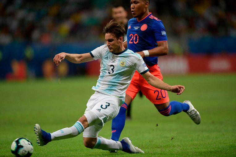 De Argentijnse Ajacied Nicolas Tagliafico (links) met de Colombiaan Roger Martínez, die een van de goals maakte in de 2-0 zege van Colombia op Argentinië op de Copa América. Beeld AFP