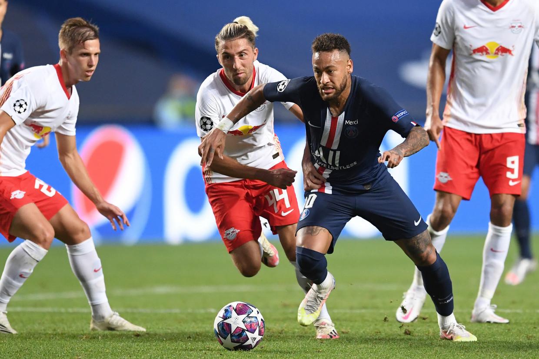 Neymar wordt belaagd door drie spelers van RB Leipzig. Beeld AP