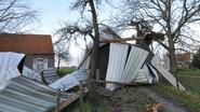 Wind rukt dak van schuur