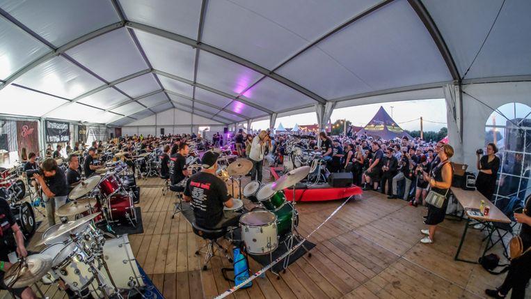 Kortrijk Drumt opende in een tent en onder massale belangstelling de Alcatraz-camping.
