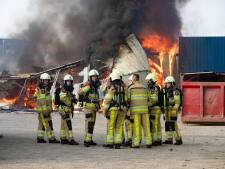 Loods van overslagbedrijf stort in bij grote brand op industrieterrein IJsselmuiden