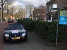 Sportwagen van VVD Raalte bij stembureau wekt woede bij PvdA: 'Schande!'