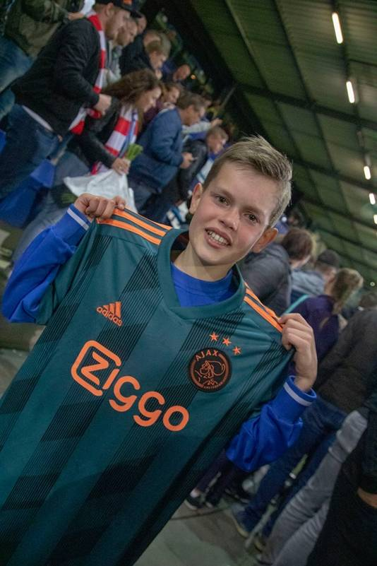 Een dolgelukkige Twan Bouwman, de tranen nog in zijn ogen, met het kampioensshirt van Klaas-Jan Huntelaar om zijn schouders.