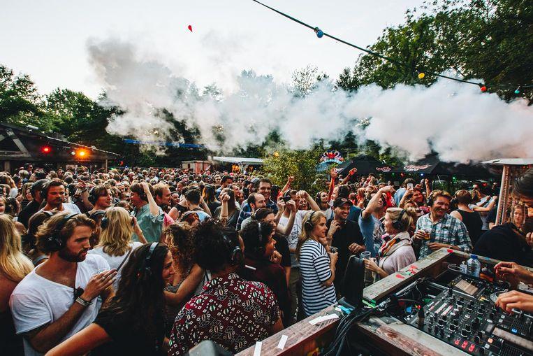 De feestvierders luisteren via een hoofdtelefoon naar de DJ: een silent disco. Beeld Margarita Zharova