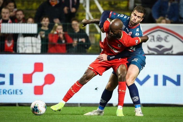 Lucas Rougeaux probeert het hier Antwerpspeler Lamkel Zé lastig te maken.