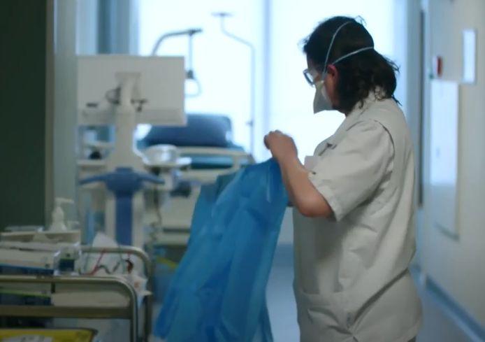 Een verpleegkundige aan het werk op de - destijds - corona-afdeling van het Beatrixziekenhuis.