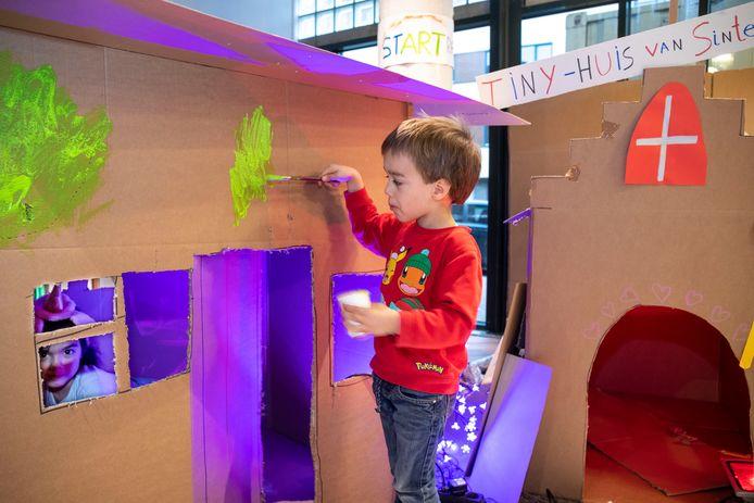 Als alternatief voor de sinterklaasintocht mogen kinderen meehelpen met het bouwen van een sinterklaashuis in Cultura in Ede.