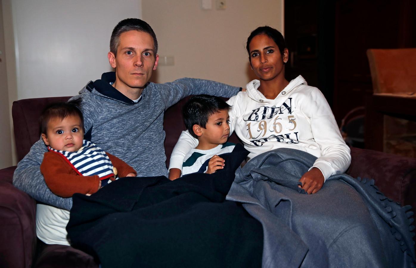 Remco Harmsen en zijn gezin houden zichzelf maar warm met dekens.
