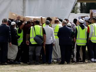 """""""Mama, iemand is op ons aan het schieten"""": vader en zoon (16) die in moskee werden vermoord begraven in Christchurch"""