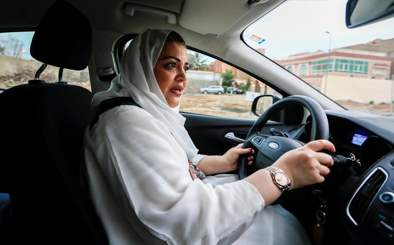 Samira al-Ghamdi (47) oefent het autorijden.