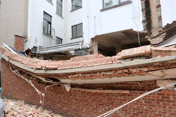 De muur viel volledig naar beneden bij de renovatiewerken.