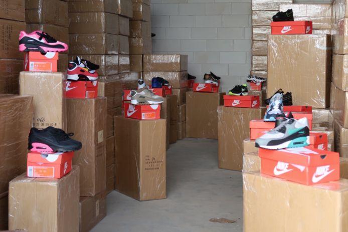 Er werd 10.000 paar nep-Nikes aangetroffen.