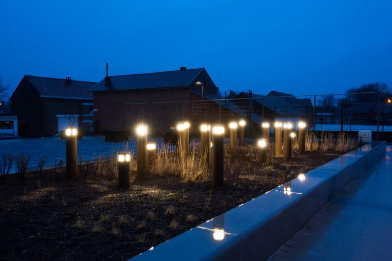 Achttien lichtpalen staan symbool voor de achttien slachtoffers.