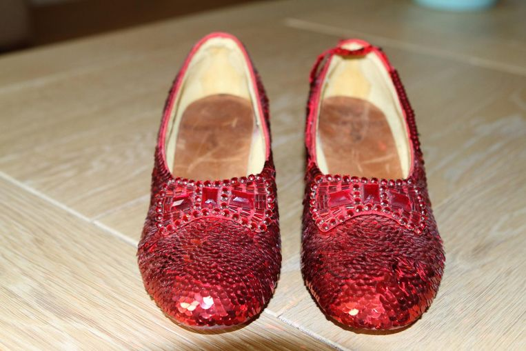 De rode schoentjes die actrice Judy Garland droeg in de rol van Dorothy Gale in de filmmusical 'The Wizard of Oz' gaan onder de hamer, net als de hoed van acteur Larry Hagman van Dallas.