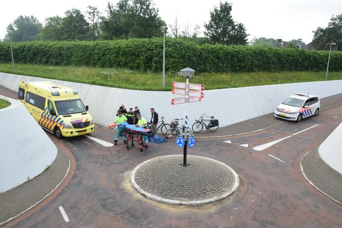 Politie en ambulance zijn ter plaatse bij het ongeval tussen twee fietsers op de fietsrotonde langs de Burgemeester Matsersingel in Arnhem-Zuid. Foto: Fotobureau Ronald Heitink