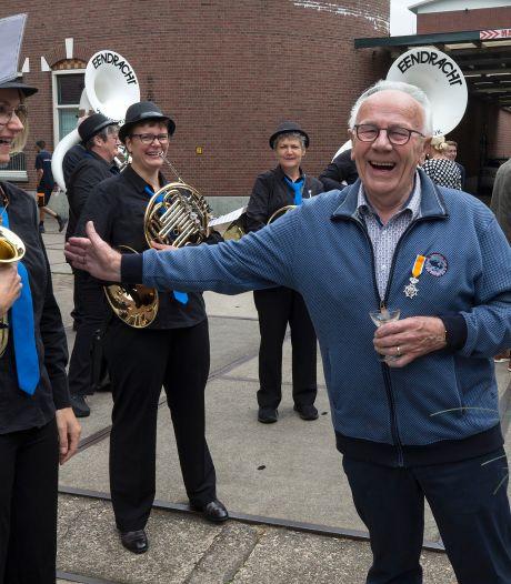 Omdat het weer kán: burgemeester Bengevoord komt de lintjes brengen