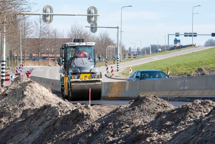 Langs de N302 wordt volop gewerkt aan de ontsluiting van de woonwijk Waterfront en het nieuwe overloop parkeerterrein. Vrijdagavond om 19.00 uur gaat de oprit vanaf de Lorentzstraat dicht, tot zaterdagavond laat .